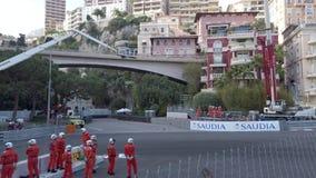 Guida di veicoli elettrica di formula e molto velocemente sul Monaco E-Prix 2019 stock footage