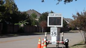 Guida di veicoli nell'ambito del limite di velocità stock footage