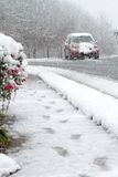 Guida di veicoli nella neve, via di inverno Immagine Stock