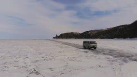 Guida di veicoli sul lago congelato stock footage