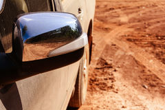 Guida di veicoli sulle strade non asfaltate con l'arancia della polvere fotografia stock