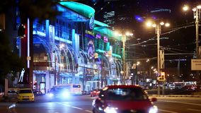 Guida di veicoli sulle vie di notte delle luci notturne di Mosca video d archivio