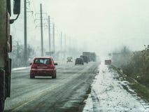 Guida di veicoli in una tempesta della neve fotografia stock libera da diritti