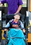 Guida disabile del ragazzo sull'ascensore dello scuolabus fotografie stock