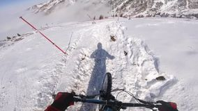 Guida in discesa del motociclista di estremo sul mountain bike nell'inverno POV stock footage
