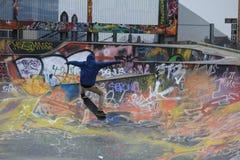 Guida e graffiti del bordo del pattino Fotografie Stock Libere da Diritti