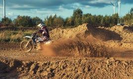 Guida estrema del cavaliere del MX di motocross sulla pista di sporcizia immagine stock libera da diritti