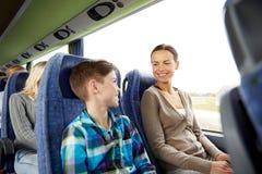 Guida felice della famiglia in bus di viaggio immagini stock libere da diritti