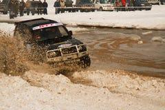 Guida fuori strada nel fango alle corse Fotografia Stock