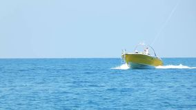 Guida gialla dell'imbarcazione a motore nell'acqua stock footage