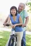 Guida matura della bici delle coppie. Fotografia Stock