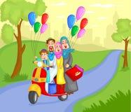 Guida musulmana della famiglia sul motorino Fotografie Stock