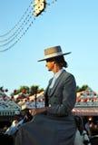 Guida spagnola al cavallo nella Siviglia giusta, festività della donna in Spagna immagine stock