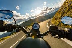 Guida in strada principale alpina, vista dei manubri, Austria, Europa del driver di motociclo fotografia stock