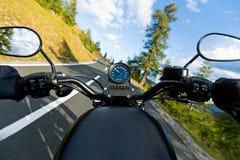 Guida in strada principale alpina, vista dei manubri, Austria, Europa del driver di motociclo fotografie stock libere da diritti