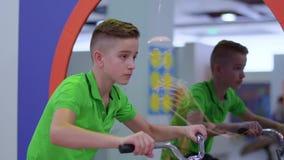 Guida sveglia del ragazzo sulla bicicletta stock footage