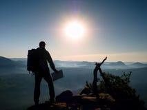 Guida turistica alta che guarda nella mappa di carta Natura collinosa selvaggia Fotografia Stock Libera da Diritti