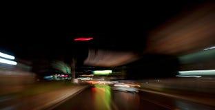Guidando alla notte Fotografie Stock Libere da Diritti