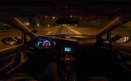 Guidando alla notte alla velocità Immagine Stock