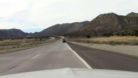 Guidando attraverso il deserto caldo asciutto