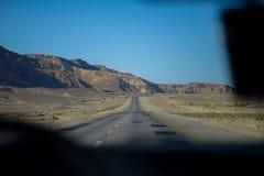 Guidando attraverso il deserto di Negev fotografie stock libere da diritti