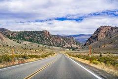 Guidando attraverso il passaggio della sonora nella sierra orientale montagne fotografie stock libere da diritti