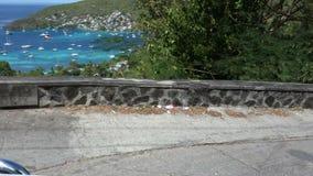 Guidando attraverso la cima del supporto piacevole su Bequia in Isole Sopravento meridionali video d archivio