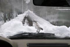 Guidando attraverso la neve Fotografie Stock Libere da Diritti