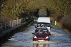 Guidando attraverso le acque di esondazione Inghilterra Regno Unito 2014 Immagine Stock Libera da Diritti