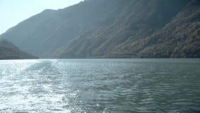 Guidando in barca, muoventesi a partire dai bei paesaggi video d archivio
