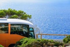 Guidando con il bus al mare Immagini Stock