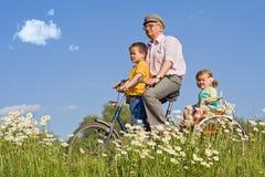 Guidando con il grandpa su una bici Immagine Stock
