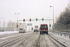 Guidando durante la bufera di neve nei Paesi Bassi fotografia stock