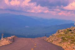 Guidando giù dalla cima della montagna fotografia stock
