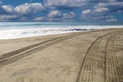 Guidando giù la spiaggia Immagini Stock Libere da Diritti