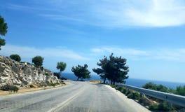 Guidando giù la strada sull'isola di Thassos in Grecia fotografia stock