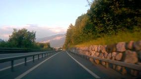 Guidando giù la strada in Svizzera stock footage