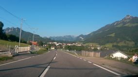 Guidando giù la strada in Svizzera video d archivio