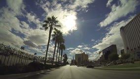 Guidando giù la striscia di Las Vegas durante il giorno a Las Vegas sopra CIRCA 2014 video d archivio