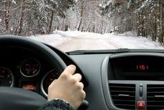 Guidando in inverno fotografie stock