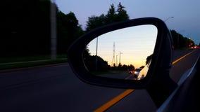 Guidando lo specchio di parte di sinistra durante la sera Notte dello specchio di vista laterale di punto di vista POV del driver video d archivio