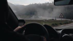 Guidando lungo una strada della montagna di bobina in tempo nuvoloso Vista dall'interno dell'automobile stock footage
