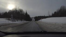 Guidando in macchina in tempo nuvoloso nell'inverno vista dalla carrozza video d archivio
