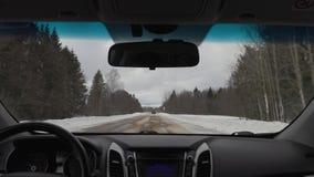 Guidando in macchina in tempo nuvoloso nell'inverno vista dalla carrozza archivi video