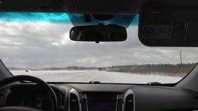 Guidando in macchina in tempo nuvoloso nell'inverno vista dalla carrozza stock footage