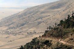 Guidando nel cratere Tom Wurl di Ngorongoro Fotografie Stock Libere da Diritti