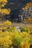 Guidando nel tempo di autunno fotografie stock libere da diritti
