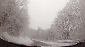 Guidando nell'inverno verso la montagna video d archivio