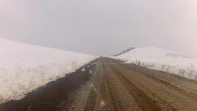 Guidando nell'orario invernale della montagna stock footage
