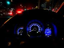 Guidando nella città alla notte immagine stock
